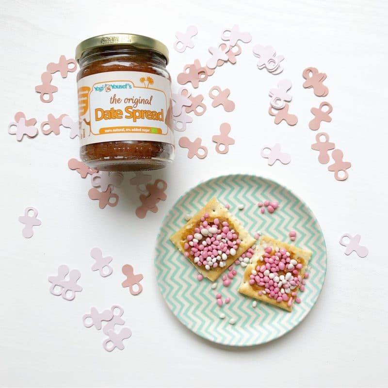 Dadelspread the original op een cracker met rose muisjes