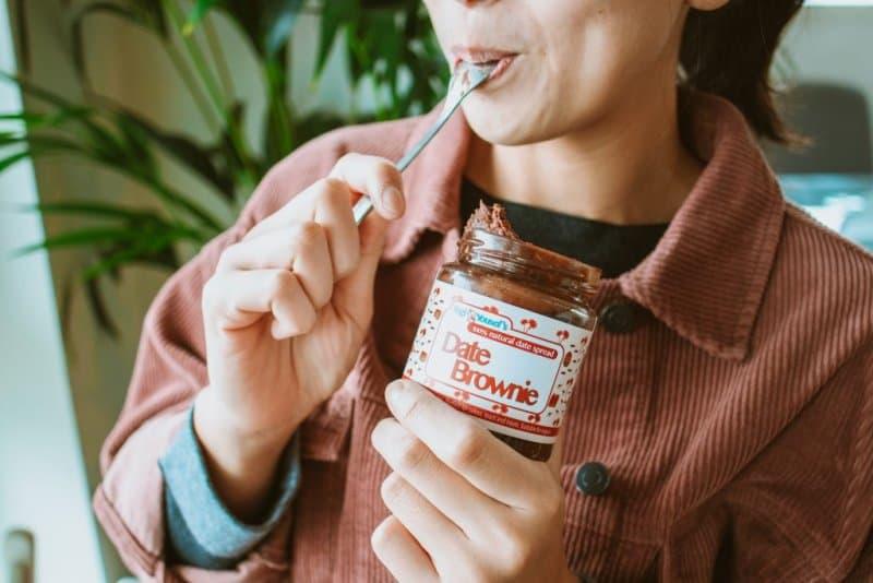 Brownie spread van dadels eten uit de pot
